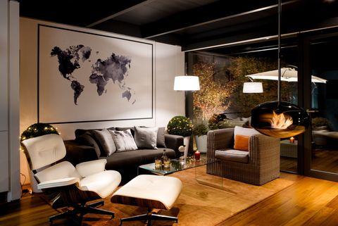 <p>Parece flotar en medio del salón, donde se combinan piezas rústicas, como la butaca de mimbre, con clásicos del diseño, como el sillón <i>Eames Lounge Chair,</i> en blanco, de Vitra.</p>