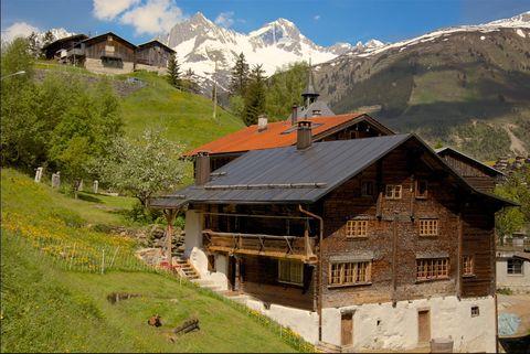 <p>Rodeada de montañas en la zona de Graubünden (Suiza), la casa data de 1801 y fue restaurada hace cuatro años, tratando de conservar al máximo posible los elementos originales.</p>