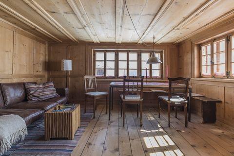 <p>Están formadas por paneles, como puede apreciarse en este salón, que derrocha calidez. Pertenece a uno de los dos apartamentos con los que cuenta la casa, de 100 m2, que se alquila.</p>