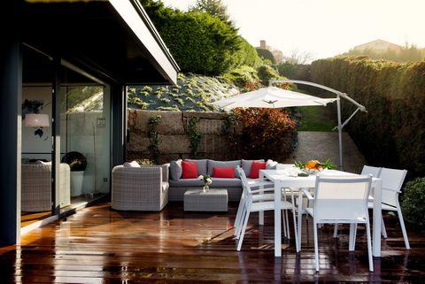 <p>Con zona de estar y comedor, se convierte en el salón principal cuando llega el buen tiempo. Está rodeada por un jardín, desde el que se divisan las islas Cíes.</p>