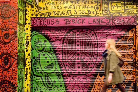 """<p>A pesar de su amor por el bullicio de la ciudad en general, Henry encuentra refugio en sus amigos y en el ambiente local del este de Londres, ya sea en una reunión ecológica tras pasar un día al sol en el parque de London Fields o trabajando con sus amigos y compañeros de ReviveHER, el colectivo musical y sello discográfico del que es cofundador. """"Creo que es importante sentir que formas parte de una comunidad. Londres es una gran ciudad formada por un montón de pequeños pueblos. Si no sabes en qué pueblo vives es fácil no encontrar tu sitio"""". </p>"""