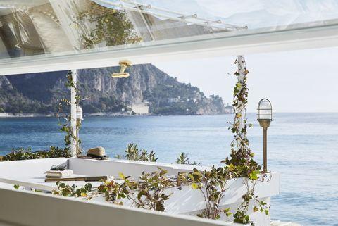 <p>La terraza, que mide sólo 3 m2, se asoma al Mediterráneo y ofrece unas vistas privilegiadas.</p>