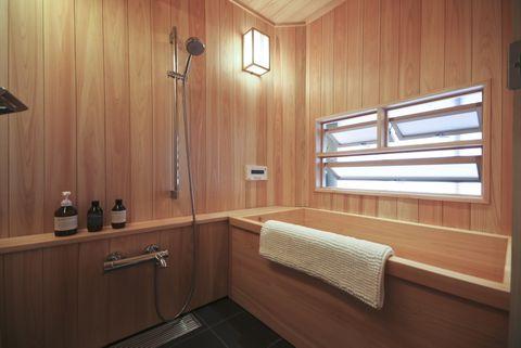 <p>Este baño japonés, situado en una casa de Tokio, se ha revestido por completo de madera para evocar la estética de las saunas suecas. De lo más acogedor...</p>