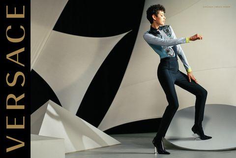 <p>El fotógrafo será el responsable de algunas imágenes de la nueva colección. Desde 1999 no colaboraba con Versace.&nbsp;</p>