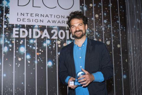 <p>Premiado como Diseñador del Año, posa con su galardón.</p>