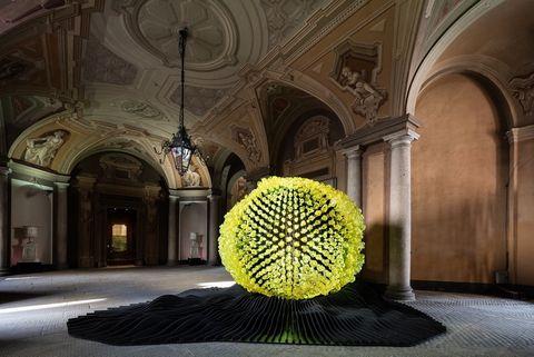 <p>El palacio Serbelloni acogió la instalación <i>Via Lucis,</i> intervenida, entre otros, por los hermanos Campana, Daniel Libeskind o Petra Krausova y Libor Sostak, que participaron con la escultura que aparece en la imagen.</p>