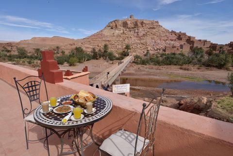 <p>Desde el balcón de esta guesthouse marroquí se pueden disfrutar las vistas más espectaculares de Aït Ben Haddou, la localización donde se grabó la Bahía de los Esclavos. Tiene capacidad para 4 personas y está decorada al más puro estilo marroquí. Los verdaderos Targaryen podrán desayunar tranquilamente en la terraza antes de entrenar a los dragones. Desde 20 €/noche.</p>