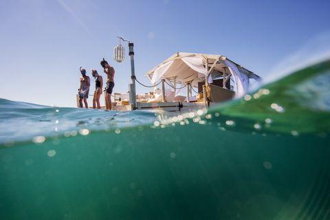 <p>A su llegada, los huéspedes serán recibidos por un equipo de biólogos marinos y por su anfitrión, un local que ha pasado gran parte de su vida en un barco de la zona. Así, podrán conocer más sobre el arrecife y la vida en este ecosistema.</p>