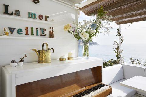 <p>Pintadas con un acabado envejecido, indican el nombre de la casa: La Mer Veille. El piano es de Emmaus.</p>