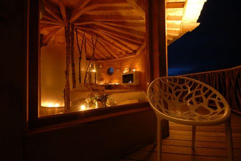 <p>También en los árboles, las cabañas Zuhaitz-etxeak están situadas en Vizcaya. Están sujetas a los árboles por medio de cables, por lo que la sensación de libertad e intimidad es total. Tres de las cuatro disponen de luz, terraza y agua corriente. ¿Quieres más? El desayuno se sirve por las mañanas a través de una cesta con polea que lo eleva desde el suelo.</p>