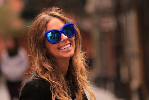 <p>Las maxigafas de pasta de color azul Yves Klein con lentes solares son de Italian Independent.</p>