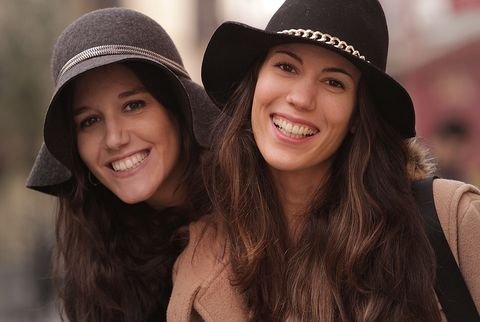<p>¿Adivináis cuál es para estas amigas el accesorio clave para este invierno? Está claro. Los sombreros Fedora son un must ineludible.&nbsp;</p>