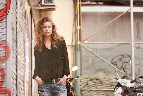<p>Una sencilla blusa negra semitransparente es todo lo que necesita Amanda para mostrar su buen gusto. Es de Topshop.&nbsp&#x3B;</p>