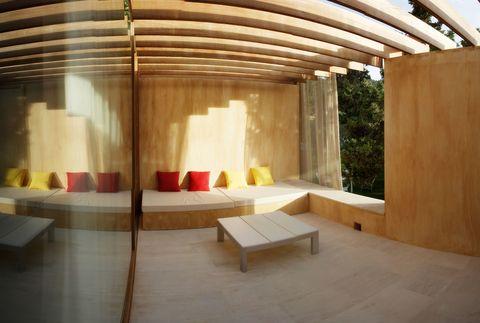 """<p>Algunos de los pequeños caprichos que esconde el hotel<strong> Son Esteve</strong> son las estancias desde las que se puede ver el cielo,&nbsp; una cama japonesa, una bañera que es una piscina, duchas dentro o fuera de la habitación... Y un plus: los caballos son fieles animales de este lugar, así que si quieres aprender a montar en uno, has dado con el sitio.</p><p><a href=""""http://www.sonesteve.com/?lang=es"""" target=""""_blank"""">www.sonesteve.com</a>&nbsp;/&nbsp;<a href=""""http://www.logis.com/es"""" target=""""_blank"""">www.logis.com</a></p>"""