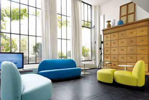 <p>Protagonistas del salón, los asientos de la col. Élysée, de Ligne Roset, se inspiran en un diseño de Pierre Paulin para Pompidou. Sofá, desde 2.145 €; butaca, desde 1.408 €, y puf, desde 645 €. </p>