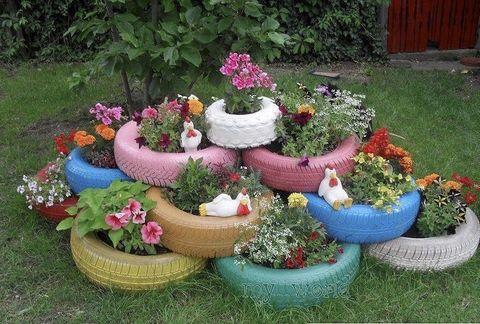 """<p>Si tienes la suerte de contar con un jardín, una forma preciosa de adornarlo con flores es plantándolas en maceteros forjados a base de neumático. Consíguelos de diferenes tamaños, píntalos a tu gusto y crea tu propio puzzle: es una iniciativa perfecta para tener lista este verano. Fichamos la idea en <a href=""""http://blogs.20minutos.es/un-hogar-con-mucho-oficio/2013/05/28/reciclaje-sobre-ruedas-5-grandes-ideas-para-darle-nueva-vida-a-tus-neumaticos/"""" target=""""_blank"""">Un hogar con mucho oficio</a>.</p>"""