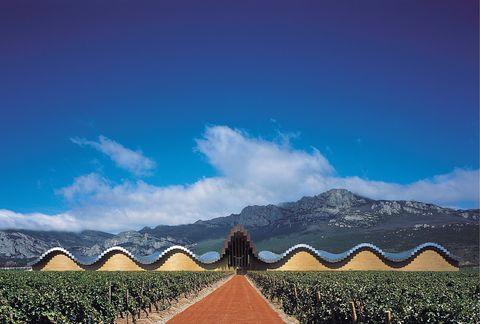 """<p>La agradable localidad medieval de<strong> Laguardia</strong>, en la Rioja alavesa, esconde más de una sorpresa vinícola. Además de deambular por sus calles, no puedes perderte alguna de las llamadas 'cuevas', bodegas subterráneas utilizadas durante siglos para almacenar vino y alimentos. Algunas, como la de El Fabulista (<a href=""""http://www.bodegaelfabulista.com"""" target=""""_blank"""">www.bodegaelfabulista.com</a>), son visitables. Tampoco puedes marcharte sin echar un vistazo a las Bodegas Ysios (en la foto), una de las primeras 'bodegas de autor' de la zona, diseñada por Santiago Calatrava. </p>"""