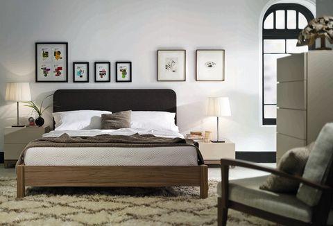 <p>La composición asimétrica de estos cuadros nos parece un acierto y una buena forma de darle algo de vitalidad a un ambiente tan cálido. ¿Lo mejor? Los colores elegidos que contrastan con el resto del dormitorio.</p>