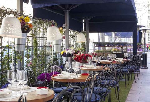 """<p>Y de la Barceloneta al barrio Salamanca en la capital:<a href=""""http://www.elgordodevelazquez.com/"""" target=""""_blank""""> El Gordo de Velázquez</a> acaba de abrir sus puertas sorprendiéndonos con una decoración diferente a lo que nos tienen acostumbrados las últimas aperturas. La responsable de ello es&nbsp;<strong>María Tirado</strong>, de DecoLab, y las flores y plantas naturales, un techo de sarmientos, butacas de terciopelo y multitud de objetos fabricados a medida visten a este restaurante para 200 comensales repartidos en tres alturas. ¿El chef? El tradicional&nbsp;<strong>José María Ibáñez</strong>, que con sus caldos o croquetas, sus platos estrella como los canelones trufados de Semon o el pastel de berenjenas de <i>Jockey </i>o sus fuera de carta como las lentejas con <i>foie</i>&nbsp;te dejarán sin habla. ¿Lo mejor? La calidad es muy alta y ninguno de sus platos sobrepasa los 15 €. <strong>Y psss...</strong> Si eliges sentarte en terraza, adornada con una preciosa pared de flores,&nbsp;plantéate disfrutar ahí de su carta de picoteo con pinchos hechos al momento.</p><p><strong>Dónde:</strong>&nbsp;Velázquez 80, Madrid. Tel. 91 826 03 23.&nbsp;</p>"""
