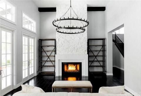 <p>Es el punto fuerte del salón, además de la impresionante lámpara de techo.</p>