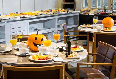 """<p>El Hotel VP Jardín de Recoletos ha preparado un auténtico festín para la noche de Halloween y el almuerzo de Todos los Santos: el <a href=""""http://www.recoletos-hotel.com/es/restaurante-hotel-madrid/"""" target=""""_blank""""><strong>Buffet del Miedo.</strong></a> Rodeado de zombies, calaveras y murciélagos, podrás degustar una selección de platos de lo más increíble: tostas de hojaldre con pollo zombie, calavera de naranja y piña con langostinos o huesos de nata con sangre de frambuesa son algunas de las propuestas gastrononómicas del hotel. Podrás venir disfrazado y tendrás hora y media de parking, y todo por 37 euros los adultos y 20 euros los menores de 12 años. ¿Truco o trato?</p>"""