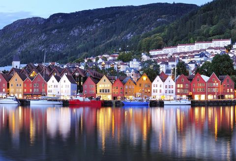 <p>Sus casitas de colores parecen sacadas de un cuento y se han convertido en uno de los signos de identidad de Bergen, la segunda ciudad más grande de Noruega. Rodeada por el mar del Norte y, nada menos, que por siete montañas, está considerada una de las puertas a los espectaculares Fiordos, siendo su puerto uno de los que mayor número de cruceros turísticos reciben en toda Europa. Algunos de sus principales atractivos son Bryggen, el muelle hanseático que alberga los bares y restaurantes más típicos de la villa, o el mercado de pescado al aire libre. Conocido como Fisketorget, atesora más de 700 años de historia a sus espaldas, siendo posible degustar en él salmón salvaje, ballena ahumada o uno de los mariscos más apreciados del mundo: el cangrejo real.</p>