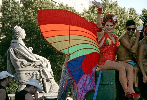 """<p>Este es el fin de semana en el que Madrid tendrá como gran protagonista a la celebración del Orgullo LGTB. Además de la mítica Pride Parade, el desfile-manifestación al que concurren prácticamente todo el mundo (desde partidos políticos hasta amas de casa), también puedes festejar la igualdad de identidad sexual hoy viernes. Por ejemplo, asistiendo a la coronación de Mr. Gay Pride en la Puerta del Sol (enntre las 20:00 y las 2:30 horas), pasándote por Fabrik para asistir a la molona WeParty o, si prefieres algo más tranquilo, la proyección de la película 'Mi primera vez' (Noémie Saglio y Maxime Govare, 2015) en el patio del Institut Français. Tienes toda la programación <a href=""""http://www.madridorgullo.com/"""" target=""""_blank"""">aquí.</a></p>"""