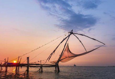 <p>Más allá de las luces eléctricas y los continuos zumbidos de las grandes ciudades, Kerala tiene el don de lo recóndito y genuino. Dos hermosas experiencias podrían marcar el comienzo de vuestra nueva vida juntos. La primera, recorrer las aguas de la parte rural de Kerala en Kettuballam, una achaparrada embarcación tradicional de planchas de madera de Jack unidas con fibras de coco. La segunda, emprender un viaje hacia alguno de los numerosos santuarios, como el de la Vida Silvestre de Neyyar, una reserva de milenarias hierbas medicinales donde conviven más de un centenar de exóticas especies como los elefantes asiáticos.&nbsp; </p>