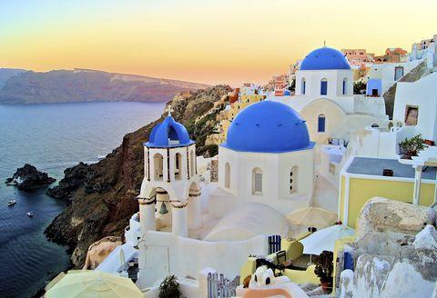 <p>Santorini se ha convertido en un clásico entre los destinos para ir de luna de miel y uno de los preferidos para las parejas más románticas. La sensualidad de sus formas y la bella combinación de sus casas blanquiazules con el mar a los pies lo convierten en un lugar singular. Os sorprenderán sus playas volcánicas como Perivolos, rodeadas de techos de colores que contrastan con el entorno abrupto. Pero lo increíble de esta pequeña isla es la posibilidad de combinar serenas tardes disfrutando de hermosas puestas de sol con animadas noches de fiesta donde son comunes las sesiones de música electrónica o dance. En este sentido las playas de Perissa y Kamari son las más aclamadas. Si lo que estáis buscando es un paraíso con algunos toques de diversión y ambiente, no busquéis más, sin duda este es vuestro destino.</p>