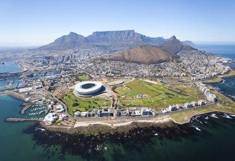<p>Ciudad del Cabo, también conocida como la 'mother city' de Sudáfrica, tiene duende y los recién casados que la escojan como destino para pasar su Luna de Miel no se arrepentirán. Quizás el alma de esta ciudad reside en la Table Mountain, nombrada una de las 7 Maravillas Naturales del Mundo, que se puede explorar a pie o por medio de un teleférico. Sea como sea, sus panorámicas son indescriptibles. Quizás el secreto del encanto que transpira Ciudad del Cabo se encuentre en el barrio de Boo Kaap que baña la ladera de Signal Hill con sus vibrantes colores. Lo que está claro, es que esta ciudad cautiva incluso a los viajeros más experimentados.</p>