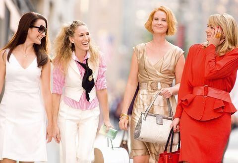 """<p> <strong>Título:</strong> &quot;Sexo en Nueva York: la película&quot; (2008)<br /> <strong>Protagonizada por:</strong> Sarah Jessica Parker, Kim Catrall, Kristin Davis y Cynthia Nixon.<br /> <strong>¿Por qué tienes que verla?</strong> ¿Por qué? La versión cinematográfica era algo más descafeinada de la serie, pero los estilismos y las historias de estas cuatro mujeres son un 'must' fashionista.<br />Puedes verla <a href=""""http://www.pelispedia.tv/pelicula/sexo-en-nueva-york-la-pelicula/"""" target=""""_blank""""><strong>aquí.</strong></a></p>"""