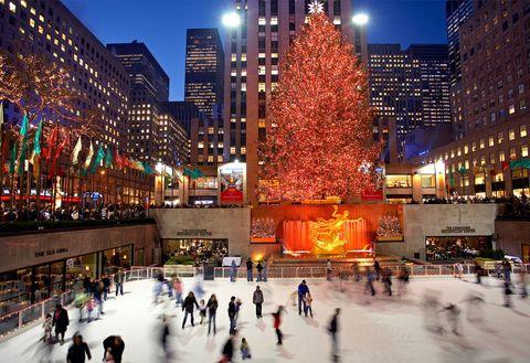"""<p>Si tu viaje a la ciudad de los rascacielos se produce en invierno, no puede dejar de llevar a tus hijos a una pista de hielo. ¿Las más famosas? La situada junto al <a href=""""http://www.patinagroup.com/restaurant.php?restaurants_id=74"""" target=""""_blank"""">Rockefeller Center</a> y las dos de <a href=""""http://www.centralpark.com/guide/sports/central-park-ice-skating.html"""" target=""""_blank"""">Central Park</a>, abiertas de noviembre a abril.</p>"""