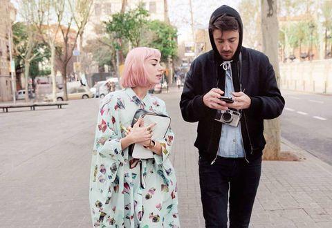 <p>En la imagen, ambos comparten impresiones sobre el trabajo realizado en las calles de Barcelona.</p>