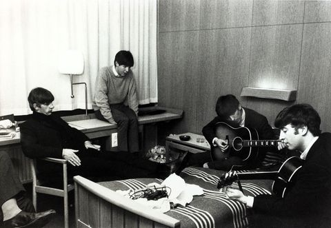 <p> Los componentes del grupo, en octubre de 1963, ensayando nuevas canciones en la suite de un hotel de Suecia, uno de los primeros países que se rindieron a la calidad musical de los de Liverpool. <br /> Firma: Popperfoto/Getty Images<br />&nbsp;</p>