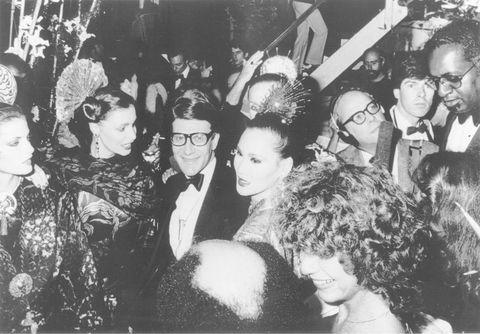 <p>La legendaria discoteca neoyorkina '<strong>Studio 54'</strong> es sin duda uno de los mayores hervideros de tendencias en la década de finales de los 70 y 80.</p><p>Personalidades como <strong>Andy Warhol</strong>, <strong>Liza Minnelli</strong>, <strong>Bianca</strong> <strong>Jagger</strong> o <strong>Grace Jones</strong>, acostumbraban este templo de la música disco donde su dueño seleccionaba a personalidades de la más alta sociedad con bellezas de clases más bajas. Lo que está claro, es que fue centro de excesos, donde la mujer comienza a demostrar que puede con todo, con las responsabilidades por el día y el disfrute y seducción por la noche.</p><p>Y una curiosidad más: ¿sabías que <strong>Yves Saint Laurent</strong> era el encargado de perfumar la zona Vip de la disco con su fragancia '<strong>Opium</strong>'?</p>