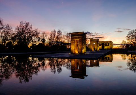 <p><strong>Madrid</strong> tiene muchas cosas que ofrecer, pero sin duda una de las más especiales es el <strong>Templo de Debod</strong>. Fue un regalo que Egipto le hizo a nuestro país y desde su traslado al pleno corazón de la ciudad se ha convertido en uno de los sitios favoritos de los madrileños –y no madrileños– para disfrutar de las puestas de sol. Además de las vistas, el templo también tiene un pequeño museo en su interior que cualquiera puede visitar de forma gratuita.</p><p></p>