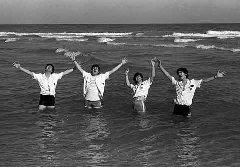 <p> The Beatles posan de manera divertida en las playas de Miami durante un descanso de su gira americana en 1964. Estados Unidos se rindió al grupo gracias a la canción 'I want to hold your hand'.<br />Firma: Popperfoto/Getty Images</p>
