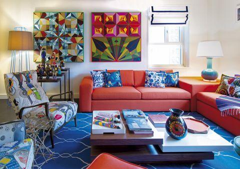 <p>Dos cuadros abstractos de Michael C. Begenyi presiden este salón, decorado por María Brito. ¿Sus mejores compañeros? Una colección de muñecas africanas y una silla <i>mid-century</i> pintada por un artista brasileño.</p>