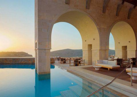 <p>Este majestuoso hotel se encuentra ubicado en la isla de Creta y el lujo parece ir un paso más allá en sus estancias. Pierde todos tus sentidos en una de sus piscinas mientras disfrutas de un cóctel y unas impresionantes vistas del mar.</p>