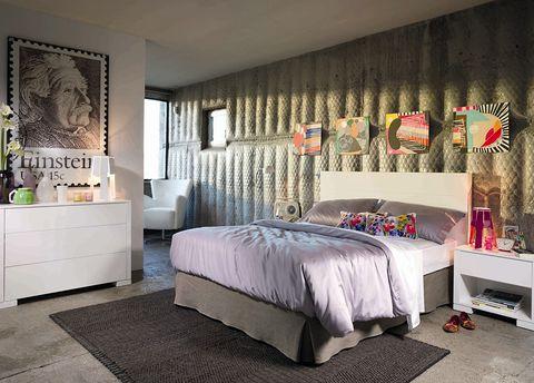 """<p>Nos encanta el toque naif que le dan los cuadros a este dormitorio que de otra manera resultaría muy sobrio. ¿La clave? El contraste de colores y los cojines siguiendo la misma línea. Más opciones en <a href=""""http://www.elcorteingles.es/tienda/hogar/browse/subcategory_horiz_showCase.jsp?categoryId=999.1339424034&amp;productId=&amp;navAction=push&amp;navCount=0&amp;menu=left&amp;cm_sp=hogar-_-accesoriosdecorativos-_-fila3-3cuadros&amp;cm_mmc=elle-_-contenedores-_-noticia-_-hogar-brand"""" target=""""_blank"""">El Corte Inglés</a>.</p>"""