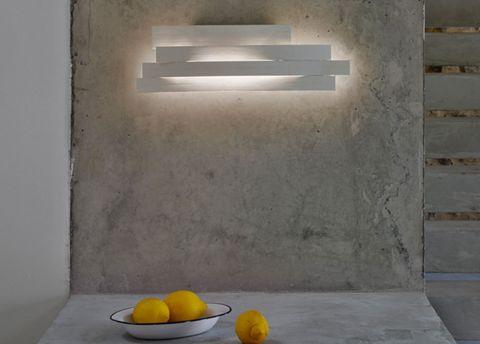 """<p>Cálidas y muy originales. Así son las creaciones del gallego <a href=""""http://www.arturo-alvarez.com/es/"""" target=""""_blank"""">Arturo Álvarez,</a> un artesano de los volúmenes, las texturas y, sobre todo, de la luz. Con sus lámparas, además de respetar el medio ambiente, busca provocar reacciones sensoriales y calma. </p>"""