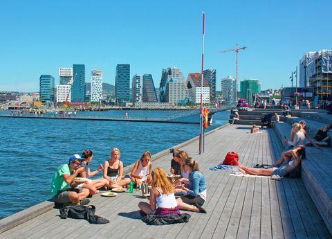 """<p>Sorenga es una península que se extiende hasta el fiordo. Incluye un área de recreo flotante con la piscina de agua salada más grande de Noruega. ¡Atrévete a lanzarte desde su trampolín a las limpias aguas del fiordo! Con solarium y duchas, es ideal para relajarse con los amigos o en familia (hay piscina para niños) y compartir un tentempié. Pero no sólo de Sorenga vive Oslo, una ciudad con archipiélago propio. Sí, como suena: un montón de playas a tu disposición. ¿Habías pensado en Oslo como destino de playa? Se accede a él a través de <a href=""""http://www.visitoslo.com/es/producto/?TLp=163651"""" target=""""_blank"""">ferries,</a> que forman parte del transporte público de la ciudad.</p><p>Foto: Visitoslo/Tord Baklund</p>"""