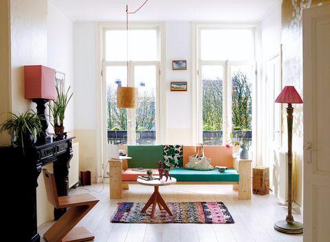 <p>Un halo de naturalidad recorre el salón de los diseñadores holandeses Romy Boesveldt e Ilya Yashkin. ¿Sus <i>musts?</i> Los amplios ventanales que dejan a la vista el paisaje e invitan a la luz; los techos de dimensiones monumentales, los suelos de listones de inspiración <i>cottage</i> y las piezas de madera sin tratar –véase el sofá, que acapara todo el protagonismo–. Un mix de lo más <i>cozy.</i></p>