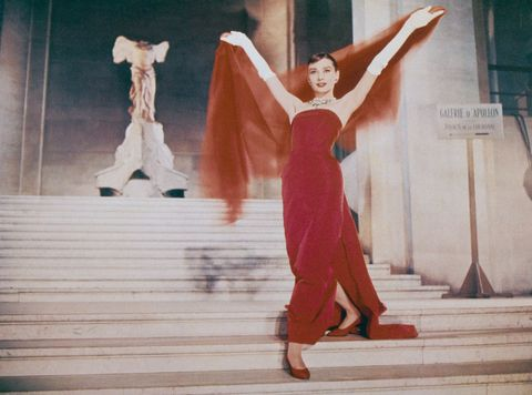 """<p>Hepburn insistió en fuera Hubert de Givenchy el encargado de diseñar su vestuario en la película 'Una cara con ángel' argumentado simplemente que """"sus diseños son los únicos en los que soy yo misma"""". Menos mal que los productores hicieron caso a la actriz porque el vestido rojo que lució se convirtió en el momento 'fashion' más inolvidable de la película.</p><p></p>"""