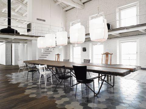 <p>Espectacular mesa realizada por Renzo Piano con milenaria madera de Kauri neozelandesa. De Riva 1920, esta pieza se ve realzada por las baldosas de cemento, diseño de Navone. Está rodeada de sillas encontradas en mercadillos de Italia y de Francia, e iluminada por lámparas diseñadas a medida por Mark Eden Schooley.</p>