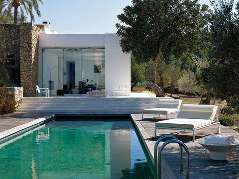 <p>En torno a la piscina se disfruta de un ambiente relajado con las chaise-longue y la mesita auxiliar de la colección Springtime, diseñadas por Jean-Marie Massaud para B&amp;B Italia. Sobre las escaleras, puf circular Reel, de Atelier Oï.</p>
