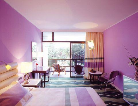 """<p>En el sur de la Isla de Gran Canaria y a pocos metros de las dunas de Maspalomas se encuentra el hotel <a href=""""http://www.hotel-palm-beach.com/es/seaside/home.html"""" target=""""_blank"""">Palm Beach</a>, todo un oasis rodeado de palmeras milenarias. Si quieres disfrutar de una escapada relax, te encantarán sus servicios de spa: saunas, piscina de agua salada, tratamientos &quot&#x3B;beauty&quot&#x3B; faciales y corporales... Y si prefieres algo de acción, tanto en el gimnasio como en el cercano campo de golf la encontrarás. ¿El plus? Su cuidada decoración, colorista y de estilo retro-moderno (Avda. del Oasis, s/n. 35100 Maspalomas. Gran Canaria. Telf: 928 72 10 32)</p>"""