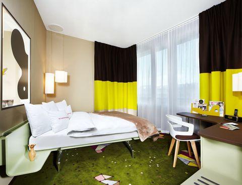<p>En las habitaciones, cama<i> Legno Letto</i> y silla <i>Segesta,</i> dos diseños de Häberli para Alias. </p>