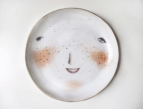 <p>Nos chiflan <i>Funny Faces,</i> platos modelados a mano en pasta de papel y decorados con calcas digitales por la artista y diseñadora Sophie Aguilera. </p>