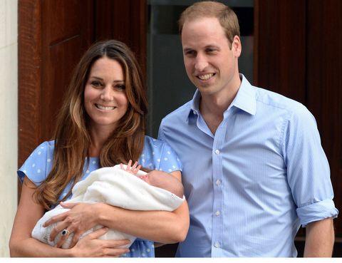 <p>El 22 de julio de 2013 nacía el príncipe George en el Hospital de St. Mary y tan sólo 24 horas despues, ya era su presentación oficial que siguieron en directo los medios de comunicación del mundo entero.</p>
